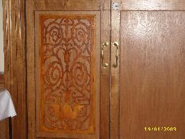 На одну из дверей резьбу установил, но Владыка приказал нять...