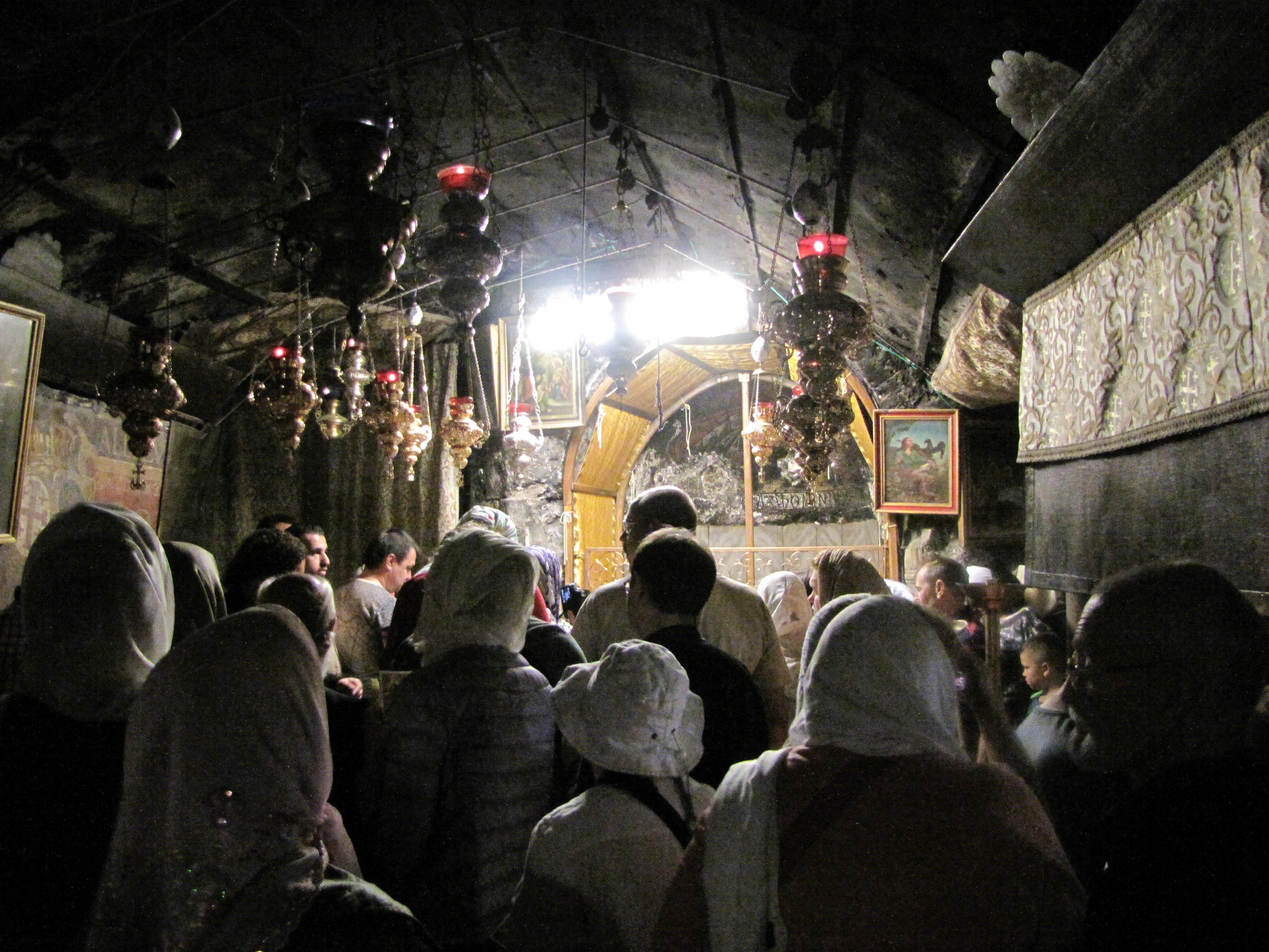 В Базилике Рождества Христова на Литургии  под алтарным помещением