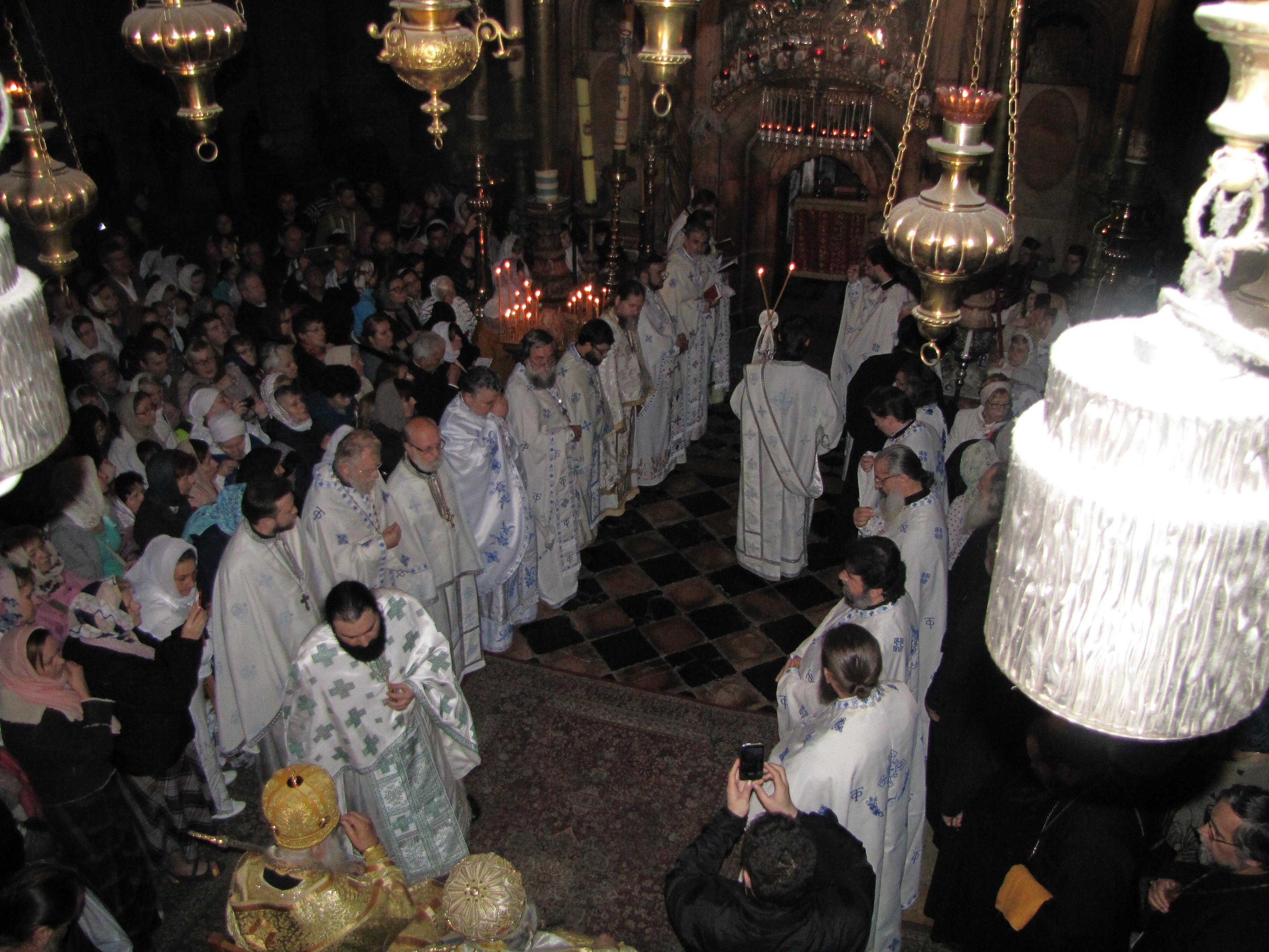 Отец Максим  средя священников  ночной службы в храме Гроба Господня.