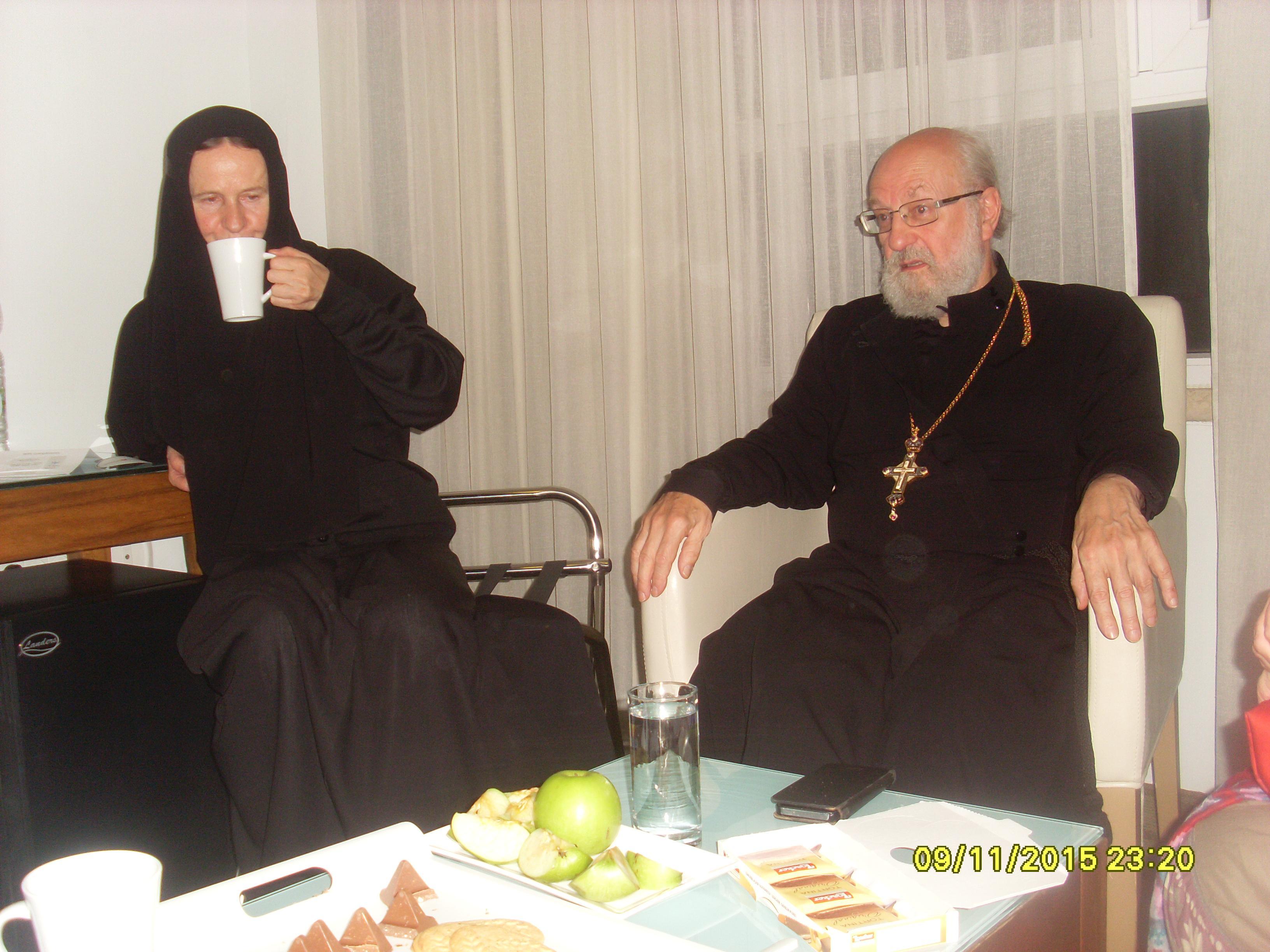 Матушка Мариам и отец Максим за беседой